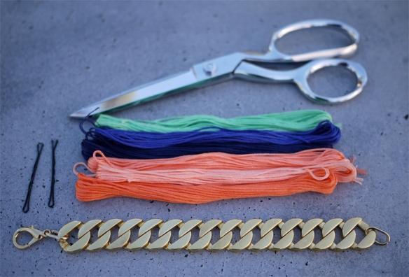 Tesoura| Linha para bordado| Corrente ou pulseira| Dois grampos